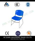 Гальванизируя стул пластмассы ноги смычка