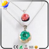 다이아몬드 목걸이를 가진 다채로운 수지 돌