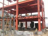 Magazzino d'acciaio della struttura con i comitati del composto del cemento