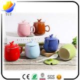 Tazza di ceramica di natale e tazza di caffè con i regali di promozione