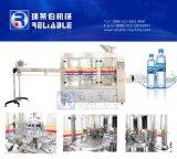 Машина завалки малой минеральной вода разливая по бутылкам