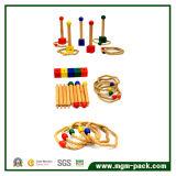 Bambini professionali che gettano i giocattoli educativi di legno del cerchio