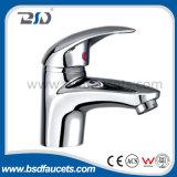 Cromo elevado de bronze da garganta um Faucet do misturador do dissipador de cozinha do punho
