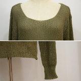 女性の偶然の広い首によって編まれるセーター