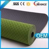 Esteiras impressas da ioga da etiqueta confidencial com o furo a pendurar acima