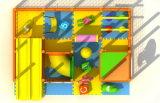 Ausbildung spielt kleine Kind-Innenspielplatz