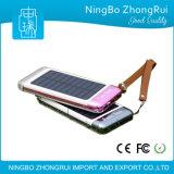 no banco conservado em estoque da potência solar com os 3 bancos da potência do telefone móvel das portas do USB com luz da tocha