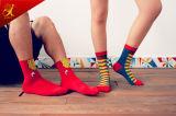 若いカップルの人および女性OEMのカスタムロゴのソックス