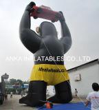 Gorille noir gonflable géant avec soulever le véhicule