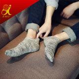 Schwarzweiss-Streifen-Entwurfs-Männersocial-Socken