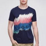 Les hommes en gros court- le T-shirt de chemise avec l'impression