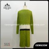 Les femmes barrées ont tricoté la longue file couche de chiffon de cardigan