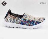 エヴァの唯一の大人および子供のスニーカーの織り方の靴