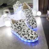 普及した方法LEDテープが付いている平らなLED偶然靴