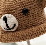 くまパターンが付いている冬によってカスタマイズされるハンドメイドの赤ん坊の帽子