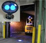 フォークリフトのための青い安全燈警報灯に近づくフォークリフト