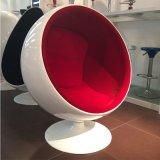 Eero Aarnioの卵のポッドの球の椅子