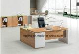 Mesa moderna do gerente de escritório com painel da modéstia, diretor Mesa