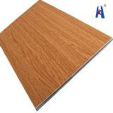 Parede de madeira que apainela a folha do ACP do projeto interior