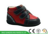 Trois chaussures en cuir véritables infantiles de chaussures orthopédiques de bébé de couleurs