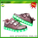 Pattini infiammanti dei regali LED di natale che si illuminano fino ai bambini
