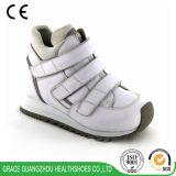 子供のための正しいサポートを提供する整形外科機能の子供の革運動靴
