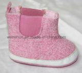 Розовые ботинки младенца цвета