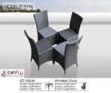 4つのシートの現代的な藤のセットを食事する屋外の庭の家具