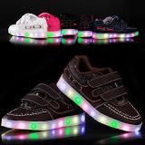 I capretti più alla moda LED mette in mostra i pattini con il LED