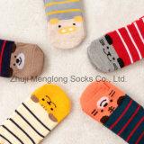 Calcetines lindos del algodón del bebé de la mirada recta