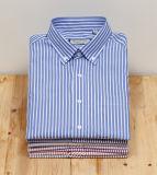 De los hombres medias de la funda de las rayas del botón camisas del collar abajo