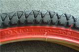 赤いサイドウォールの自転車のタイヤ
