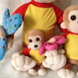 Singe de famille avec différentes tailles reposant le jouet de la CE de cadeau de peluche