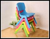 Kinder sitzen vor und der Baby-Stuhl, die in den Bistros verwendet werden