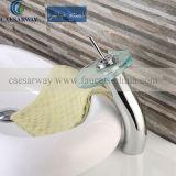 Traditioneller Bassin-Hahn mit Wasserzeichen genehmigte für Badezimmer
