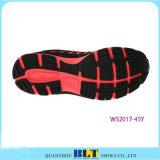 Zapato corriente de las mujeres en la línea departamento