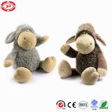 Jouet mignon de ondulation de mains de moutons mous gris gais heureux de peluche