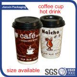 Taza de café de consumición caliente con la tapa