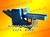 O profissional veste a máquina do cortador/a máquina estaca /Rags de Rags que rasga a máquina