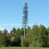 Cammuffato decorando gli alberi ha galvanizzato la torretta di telecomunicazione mobile