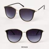 Nuovi occhiali da sole delle donne di modo con l'obiettivo rispecchiato