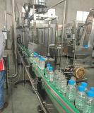 يشبع يشرب صودا آليّة [وتر&كربونتد] زجاجة [فيلّينغ مشن] لأنّ محبوبة زجاجة