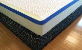Natürliche Latex-Matratze in einem Kasten sich entspannen