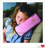 車は首の枕柔らかい旅行枕を置く