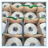 Weiße Heu-Ballen-Silage-runde Ballen, die Film einwickeln