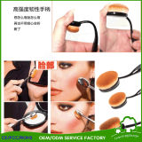El maquillaje aplica el cepillo oval profesional de la dimensión de una variable con brocha del cepillo de dientes