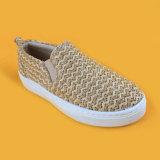Resbalón en los zapatos amarillentos de las zapatillas de deporte de la muchacha del niño de la raya de la rafia para el muchacho
