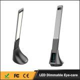 白く黒い銀製の接触USBポートが付いているスマートな卓上スタンド