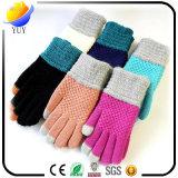 Enfants tricotés neufs d'automne et d'hiver complètement des gants de laines d'élèves de neige