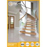 Escaleras de madera helicoidales curvadas de la barandilla de cristal de la escalera con el pasamano